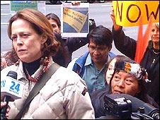 Sigourney Weaver en Brasilia protestanto contra la represa Belo Monte Foto en 2010 cortesía Survival International