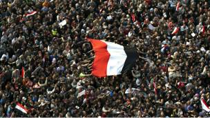 """مصر: سليمان يحذر من """"فوضى مؤسساتية"""" والجيش يتدخل في الخارجة لوقف التدهور الأمني 110208232729_hundreds_of_thousands_of_egyptian_anti-government_demonstrators_gather_at_cairos_tahrir_square__304x171_afp_nocredit"""