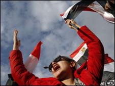 Manifestante celebra en la Plaza Tahrir de El Cairo