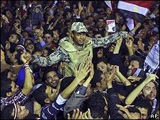 """""""¡El pueblo y el Ejército son uno!"""" gritaban algunos de los manifestantes de la Plaza Tahrir tras conocer la renuncia del presidente de Egipto, Hosni Mubarak. Diversos grupos opositores agradecieron a los militares el papel imparcial que han jugado durante las protestas, pero según los analistas éste podría ser menos""""romántico"""" de lo que parece."""