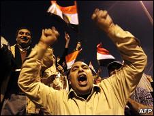 埃及开罗解放广场上示威民众彻夜狂欢(11/2/2011)