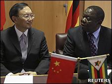 津巴布韦总理茨万吉拉伊(右)与中国外长杨洁篪会面(11/2/2011)
