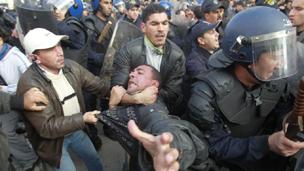اعتقلت الشرطة متظاهرين منهم صحافيون