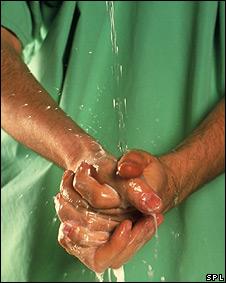 Un hombre lavándose las manos