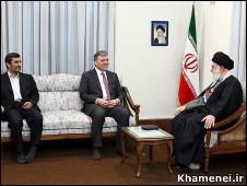 آیت الله خامنه ای، گل و احمدی نژاد