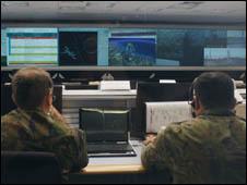 Sala de controle da base de Alcântara (Foto: Divulgação via Agência Brasil)