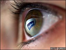 Ojo en el que se refleja el logotipo de Facebook.