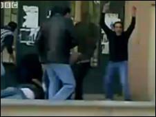 Протестующие пытаются оказать первую помощь раненому