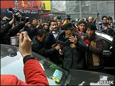 北京王府井聚集民众被警察带走(香港电台图片20/2/2011)