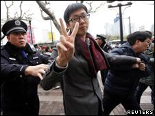 上海警察在闹市区人群聚集地将一名男子带走(20/2/2011)