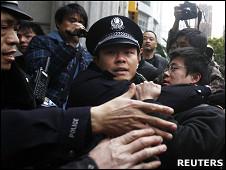 """上海和平影都前一名疑似参加""""茉莉花示威""""的群众被警察带走(20/2/2011)"""