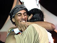 بحرينيون يحتفلون بعد اطلاق  سراح المعتقلين