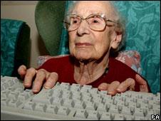 Anciana en computadora