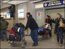 Người nước ngoài rời Libya qua sân bay ở Tripoli