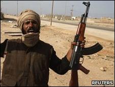 Manifestante con arma en la manoen Tobruk, Libia