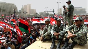 الجيش المصري يطرد المحتجين من ميدان التحرير بالقوة 110226013530__304x171