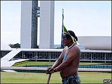 Indígena frente al Congreso Nacional de Brasil