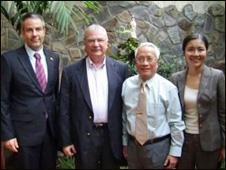 Bác sỹ Nguyễn Đan Quế (thứ ba từ trái sang) chụp cùng Đại sứ Hoa Kỳ Michael Michalak (thứ hai từ trái sang)
