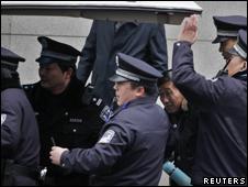 上海警方在和平广场逮捕一名男子(27/02/20110)