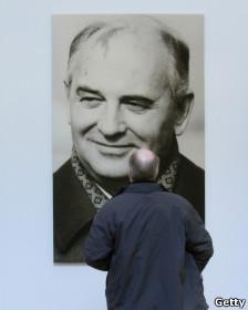 Фото Горбачева на выставке в Берлине