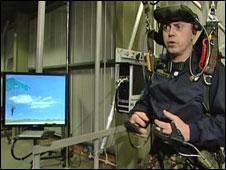 Militares usam simulador de paraquedas na Grã-Bretanha