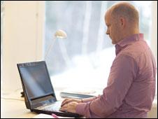 El director de la empresa Tobii con la laptop
