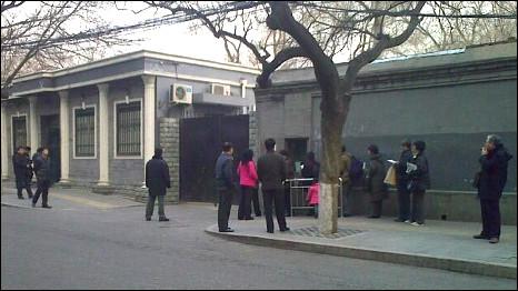 中国最高法院信访办外聚集的人群(5/3/2011)