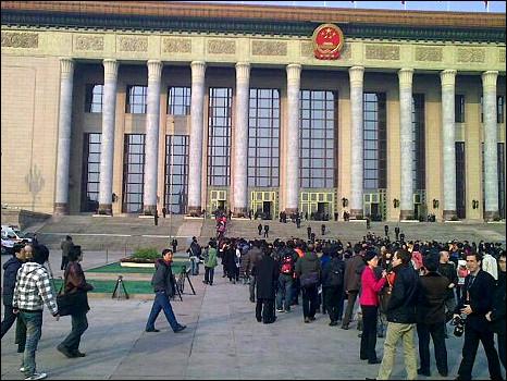 北京人民大会堂外记者排队等候安检(5/3/2011)