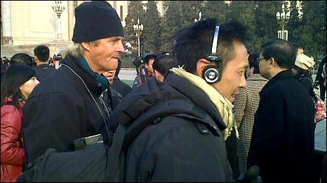 一队挪威电视摄制队在北京人民大会堂前采访(5/3/2011)