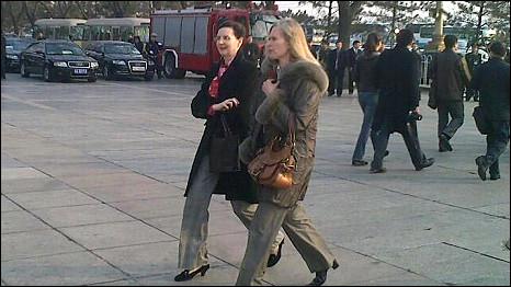 驻华外交官抵达人民大会堂旁听温家宝政府工作报告(5/3/2011)