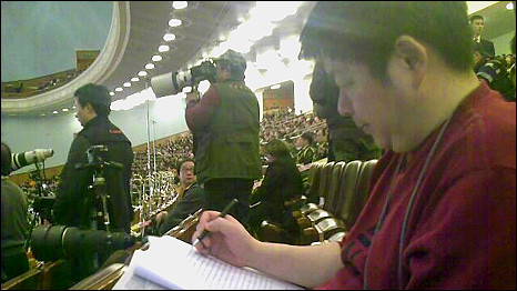 美联社电视新闻工作人员张先生在人民大会堂内工作(5/3/2011)