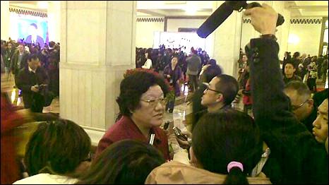 北京人民大会堂内一名中国全国人大代表被记者追访(5/3/2011)