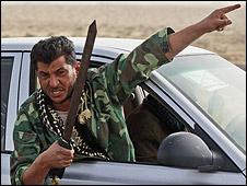 Rebelde con espada en Libia