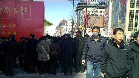 北京王府井麦当劳餐厅前人群聚集(6/3/2011)