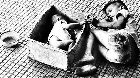 Hai anh em ăn xin trên đường phố Sài Gòn thời Cuộc chiến Việt Nam, ảnh của AP