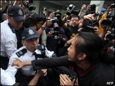 香港反预算案示威者和警察之间爆发冲突(06/03/2011)