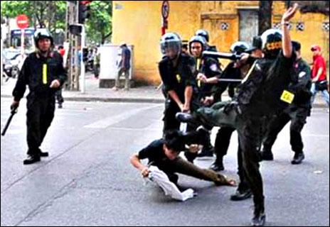 Cảnh sát cơ động ra tay ở Việt Nam