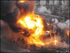 日本大地震引發東京的一個煉油廠火災