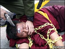 台北示威者模仿军警镇压藏族喇嘛(资料图片)