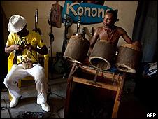 Roger Landu (esquerda) e Montana ensaiam com a banda Staff Benda Bilili em Kinshasa (AFP/Getty)
