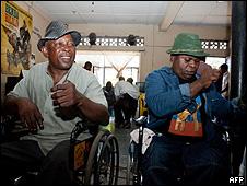 Ricky Lickabu (esq.) e o músico Djunana Tanga-suele ensaiaam em Kinshasa (AFP/Getty)