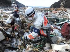 日本搜救人员寻找幸存者(18/03/2011)