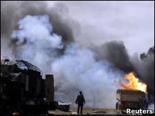 Camión quemándose en Libia