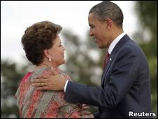O presidente americano, Barack Obama, cumprimenta Dilma Rousseff ao chegar ao palácio da Alvorada