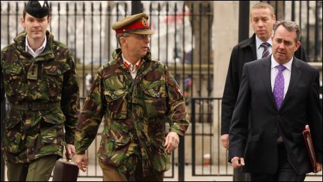 Tướng David Richards (giữa) và Bộ trưởng Quốc phòng Anh, Liam Fox