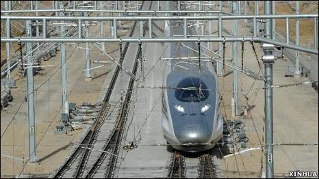 一列中国高铁CRH 380A型动车组驶进京沪高铁安徽蚌埠南站(新华社图片3/12/2010)