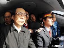中国原铁道部部长刘志军(左)在一列中国高铁CRH 380A型动车组的驾驶舱内监察试运行情况(新华社图片3/12/2010)