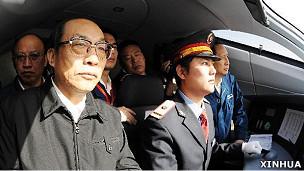 刘志军(左)在一列CRH380A型高铁东车组上视察试车情况(新华社资料图片)