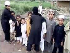 Vídeo no YouTube mostra crianças encenando ataque suicida