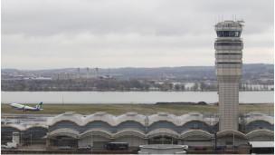 Torre de control en el aeropuerto DCA de Washington